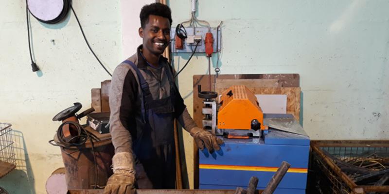 Shumay arbeitet an der Kabelschälmaschine