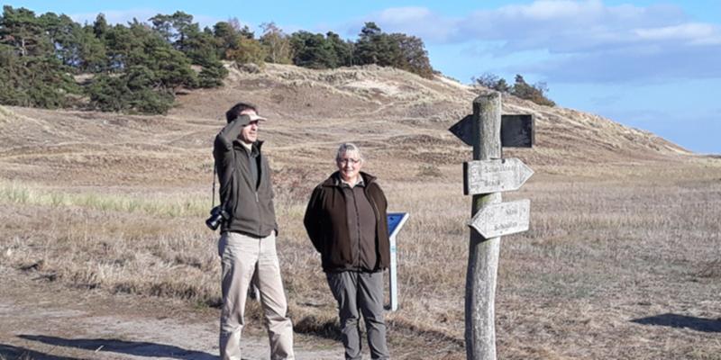 Dirk Foitlänger und Rangerin Simone Scheider vor der Binnendüne in Klein Schmölen